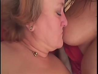 2 lesbiennes matures se font une grosse partie de baise
