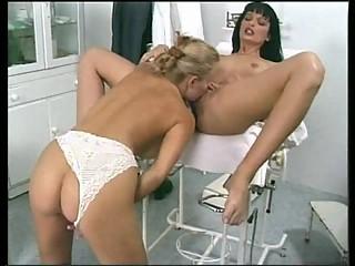 2 lesbiennes gyneco