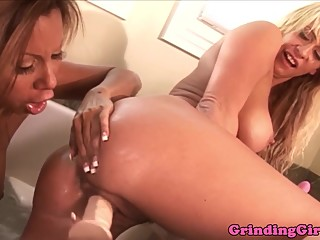 Glamour dykes analplay in bathtub